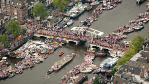 grote-drukte-in-amsterdam-tijdens-canal-parade